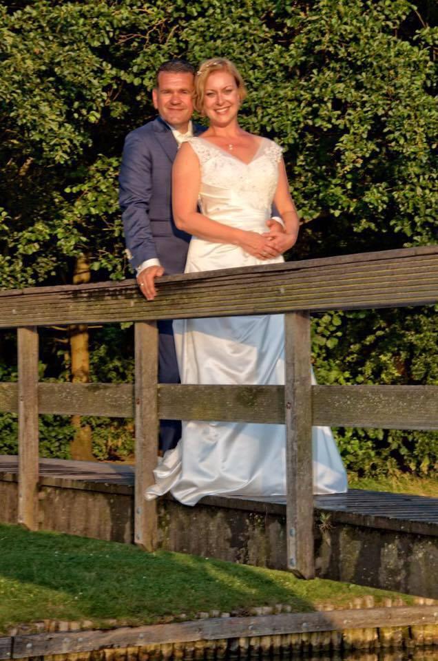 Maatpak specialist Tillemans Tailors had de eer voor dit mooie trouwpak.